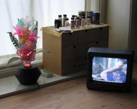 Maria steller håret, vist på monitor på mitt arbeidsrom.