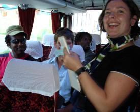 Reisende på vei mot målet med guide.