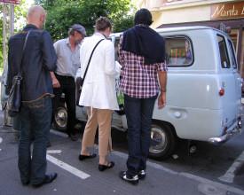 Reisende på vei inn i minibuss.