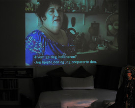 Maria snakker om religion, videoprojeksjon i min stue.