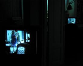 Maria trener, vist på monitor i min stue. I bakgrunnen Maria steller håret.